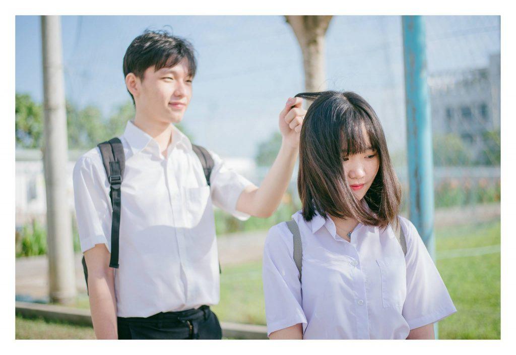 Nghịch tóc bạn gái là một trong các sở thích của các bạn trai