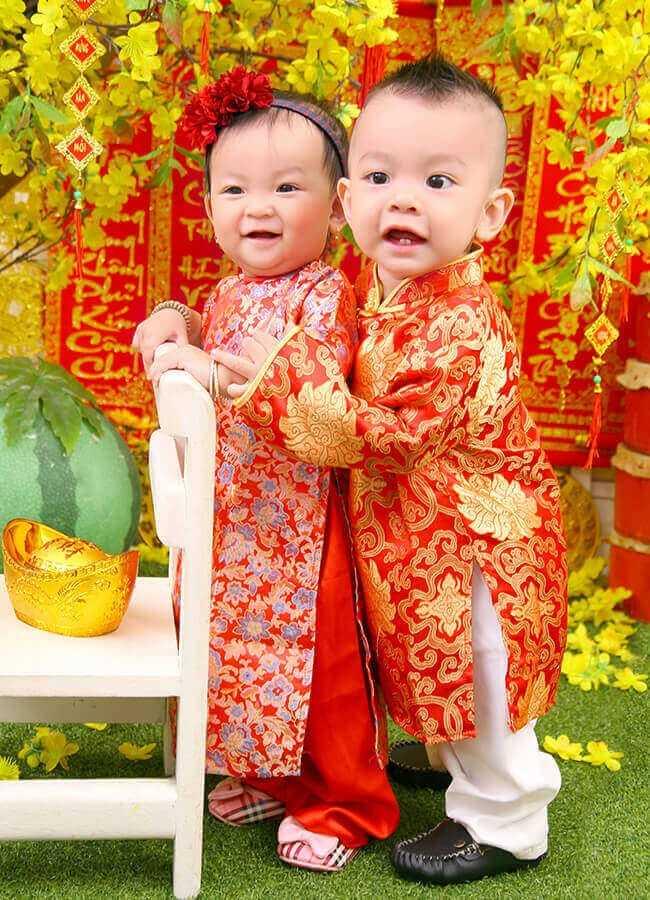 Hai bé chụp ảnh mừng tuổi mới!