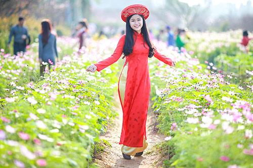 Em tung tăng trong vườn hoa đua nở