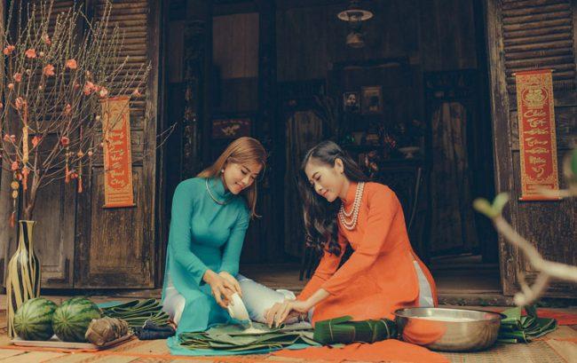 Tạo dáng ngồi gói bánh chưng nữ công gia chánh