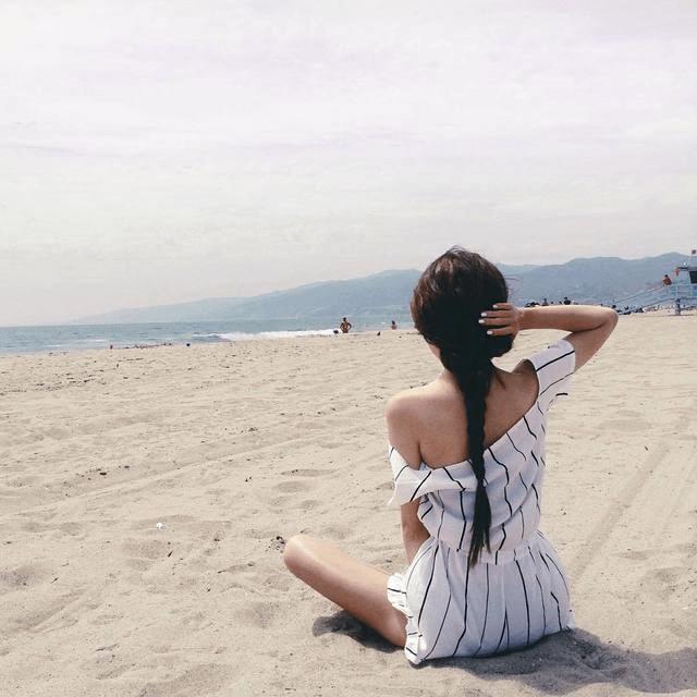 """Chỉ cần ngồi trên cát quay mặt ra phía biển như thế này thì ảnh của bạn cũng đã được """"nghìn like"""" rồi"""