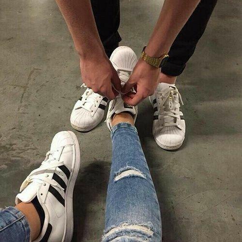 Thắc dây giày hộ bạn gái nhận một điểm cộng lớn về độ ga lăng