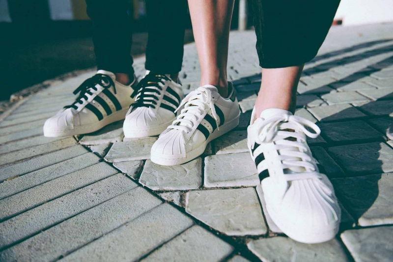 Chụp những đôi giày cặp của hai bạn cũng là một hướng chụp thú vị