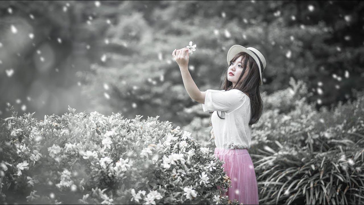 Tạo dáng với hoa