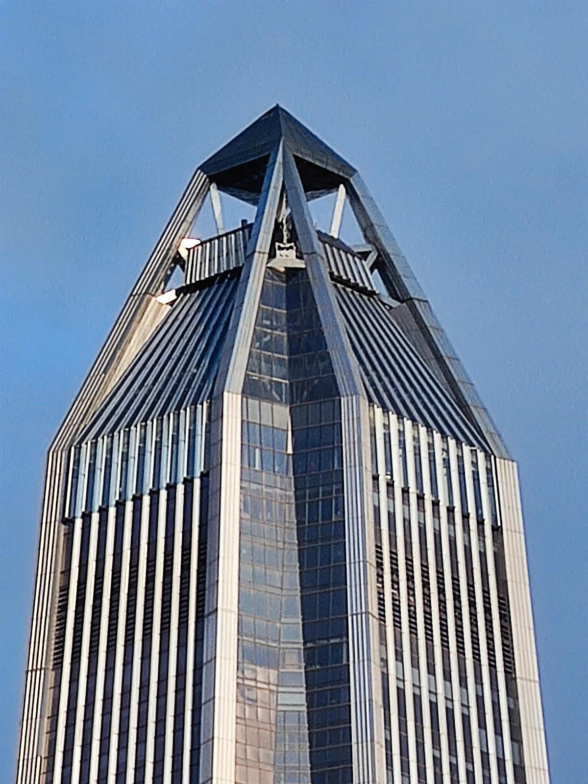 Đỉnh của một tòa cao ốc từ khoảng cách rất xa sau khi zoom 60x