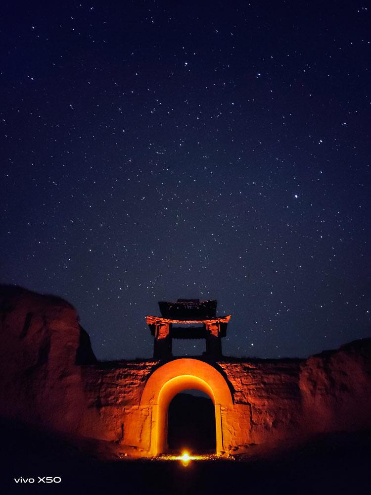 Không cần phải set-up cầu kỳ để chụp ảnh phơi sáng, cả thiên hà sẽ được lưu giữ bằng chế độ Chụp Trời Sao (Astro Mode)